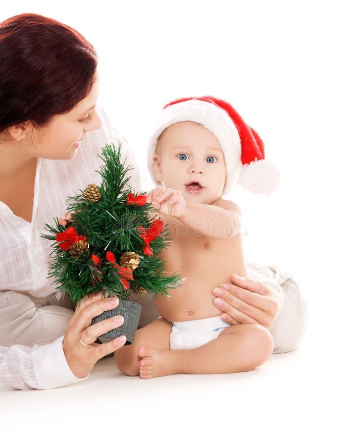 Bambino e madre con i regali di natale fotografia stock
