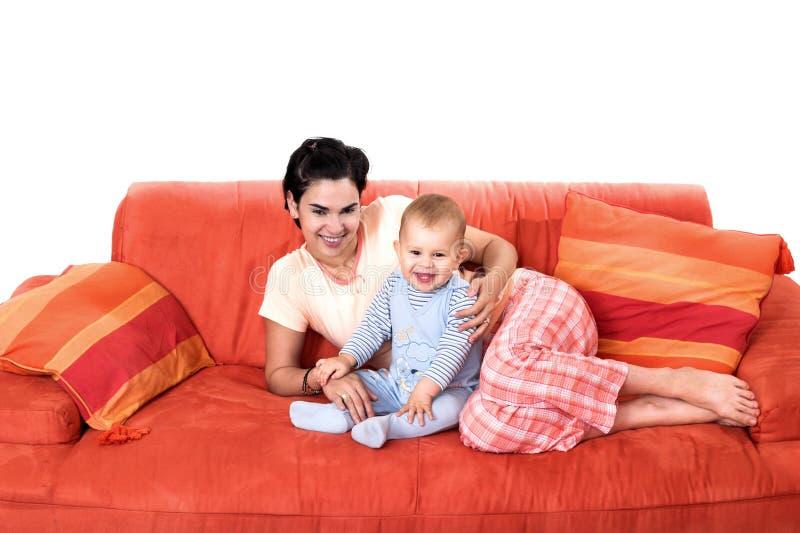 Bambino e madre nel paese