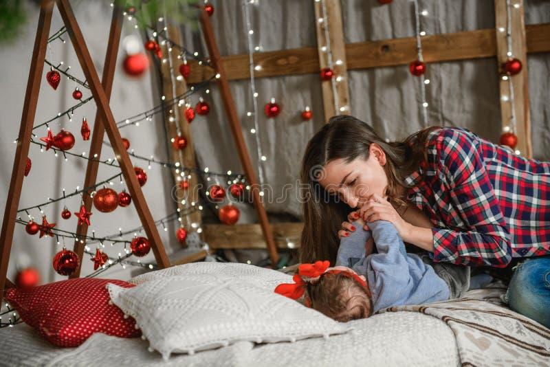 bambino e mamma sullo sfondo di natale famiglia felice mamma e figlia piccola figlio figlio figlio e miracolo di natale giocare a immagini stock libere da diritti