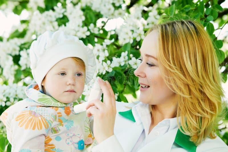 Bambino e medico con l'inalatore fotografie stock