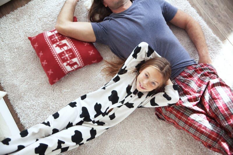 Bambino e padre in pigiami fotografia stock