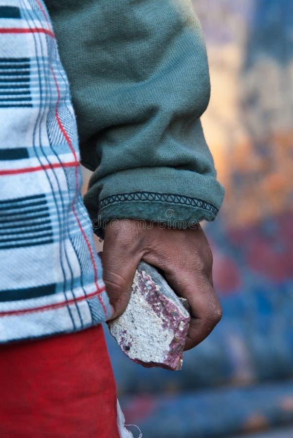 bambino e pietra immagine stock libera da diritti