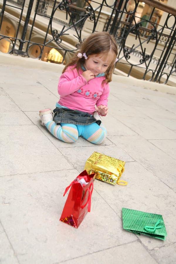 Bambino e sacchetti fotografie stock libere da diritti