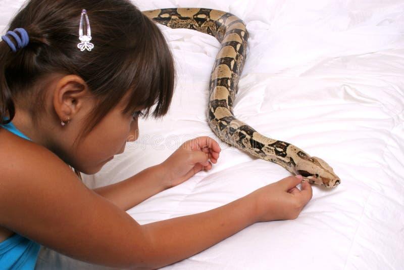 Bambino e serpente immagini stock libere da diritti