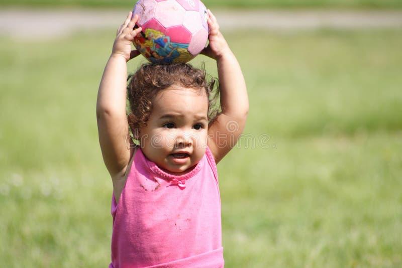 Bambino e una sfera fotografie stock
