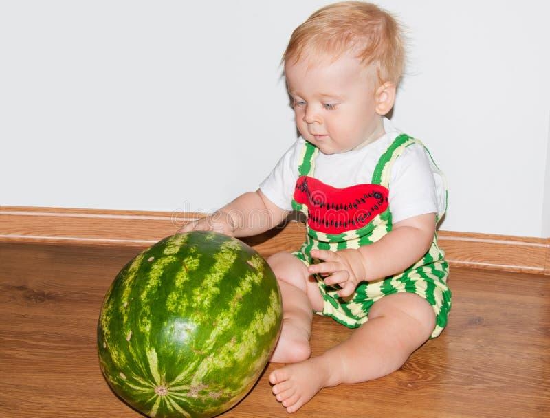 Bambino ed anguria fotografia stock libera da diritti