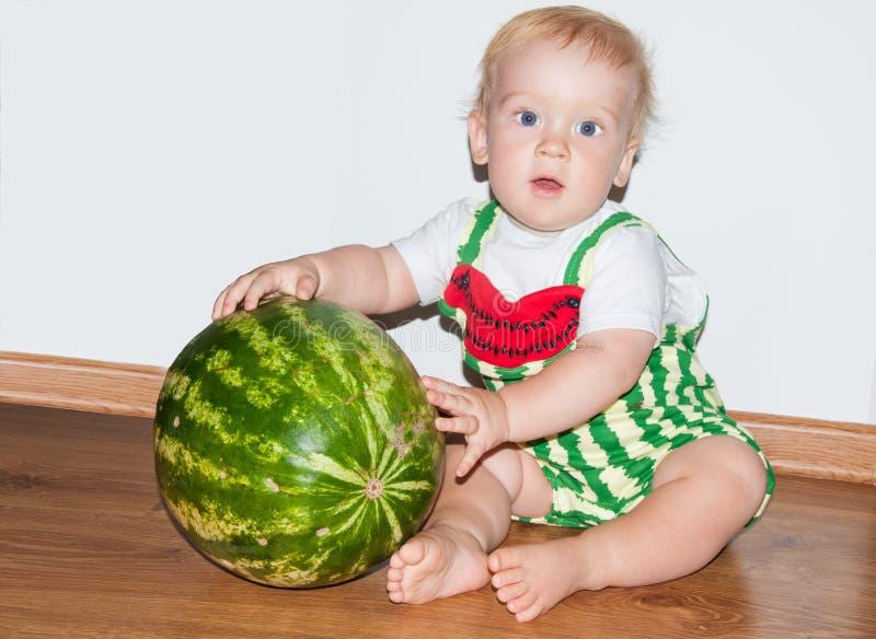 Bambino ed anguria fotografia stock