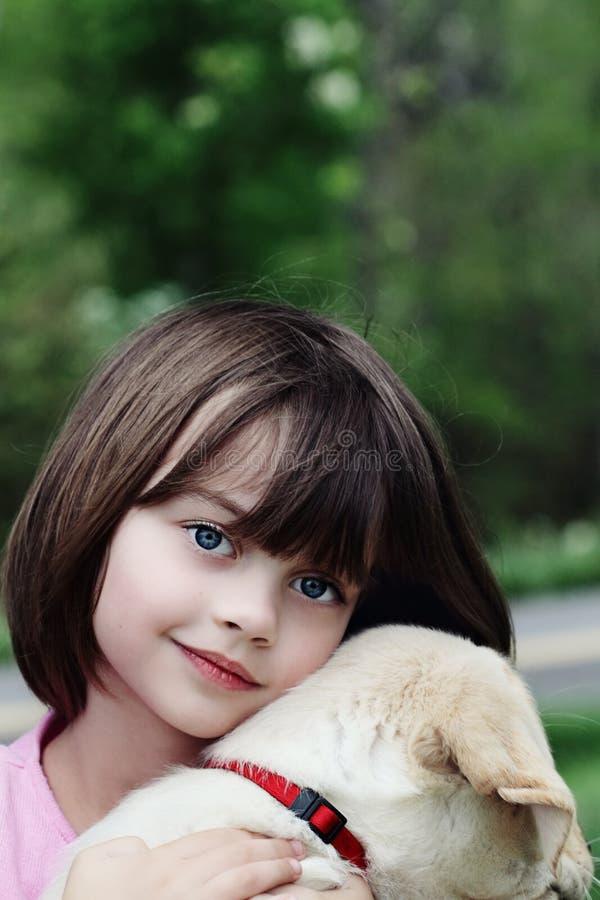 Bambino ed il suo cucciolo fotografia stock