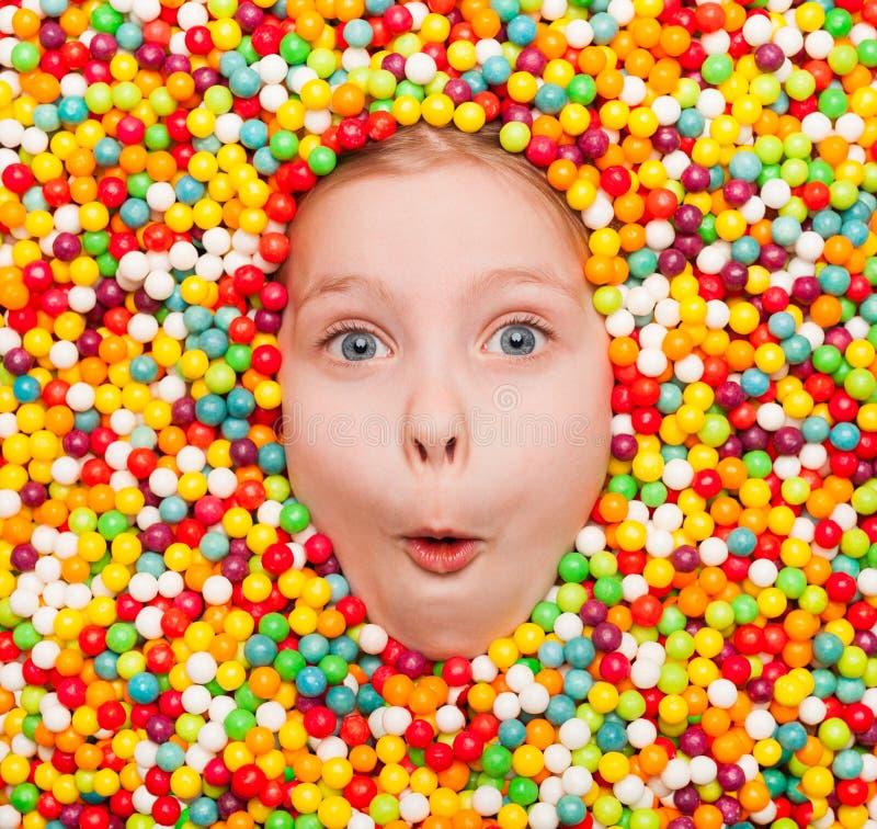 Bambino emozionante in caramelle immagine stock libera da diritti