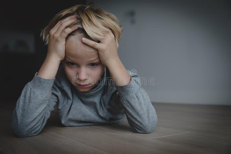 Bambino esaurito stanco sollecitato triste a casa immagine stock