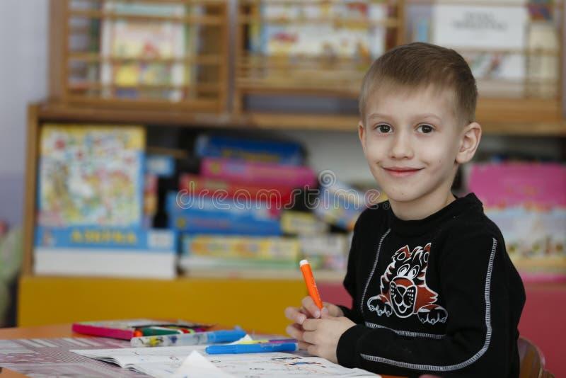 Bambino in età prescolare con una matita immagine stock