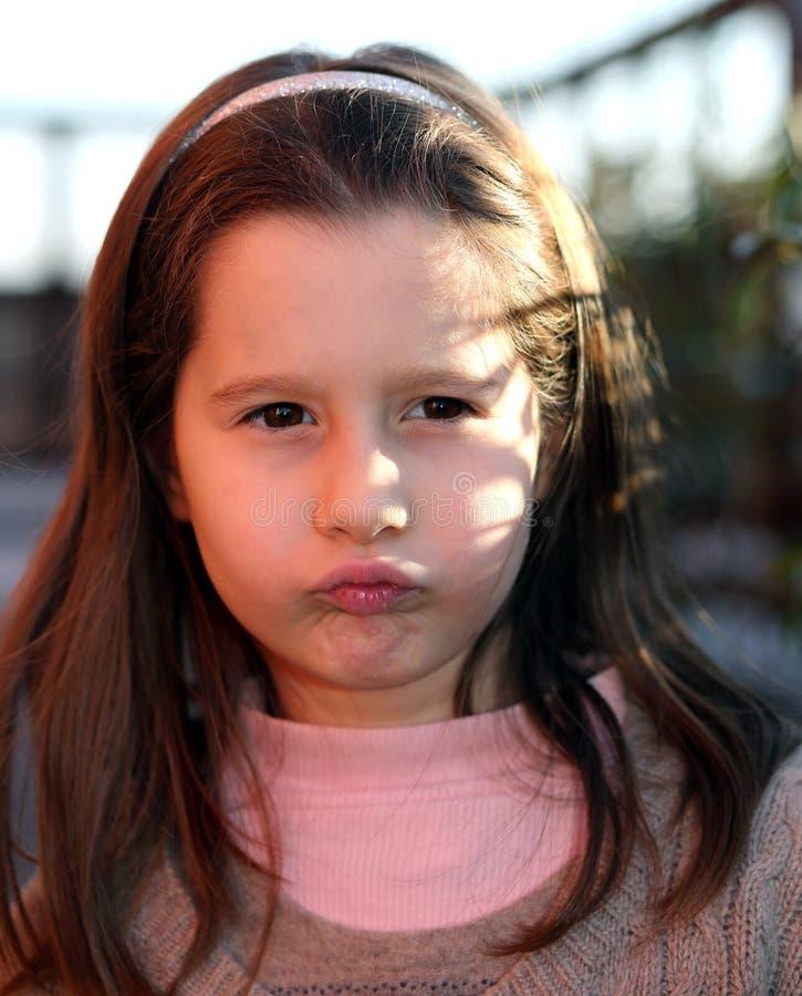 Bambino europeo arrabbiato con un maglione della lana fotografia stock libera da diritti