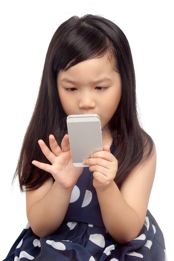Bambino facendo uso dello smartphone fotografia stock libera da diritti