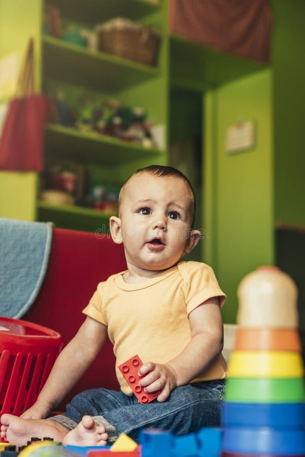 Bambino felice che gioca con i blocchetti del giocattolo immagini stock libere da diritti