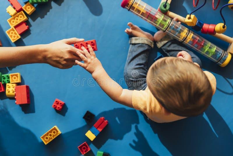 Bambino felice che gioca con i blocchetti del giocattolo fotografie stock libere da diritti