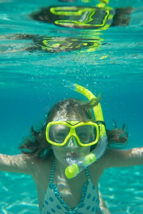 Bambino felice che gioca nel mare immagini stock