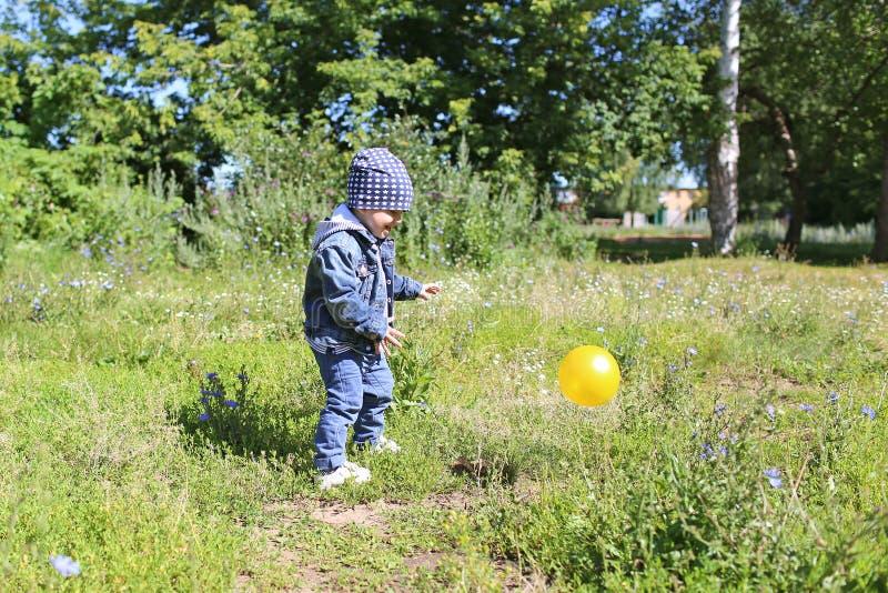 Bambino felice che gioca palla all'aperto immagini stock