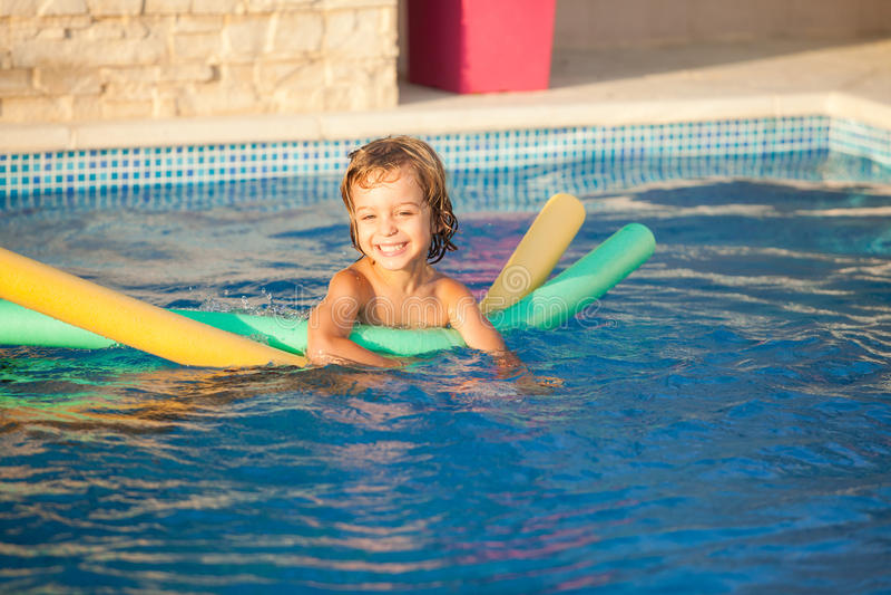 Bambino felice che impara nuotare fotografie stock libere da diritti
