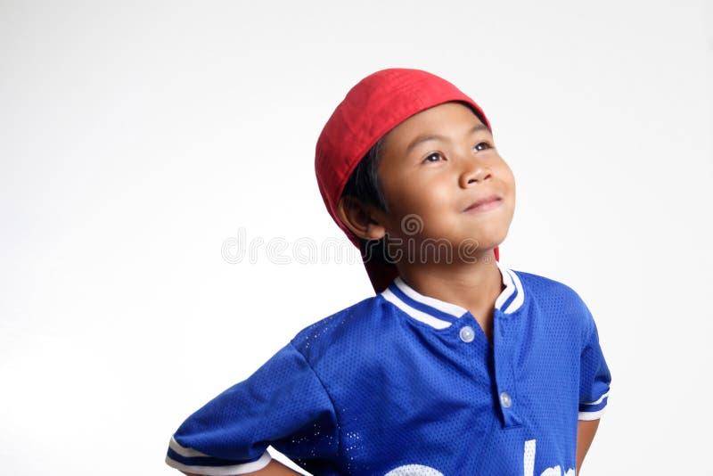 Bambino felice che osserva in su immagine stock