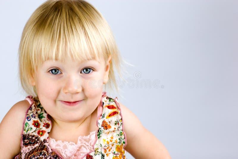 Bambino felice con gli occhi azzurri fotografia stock