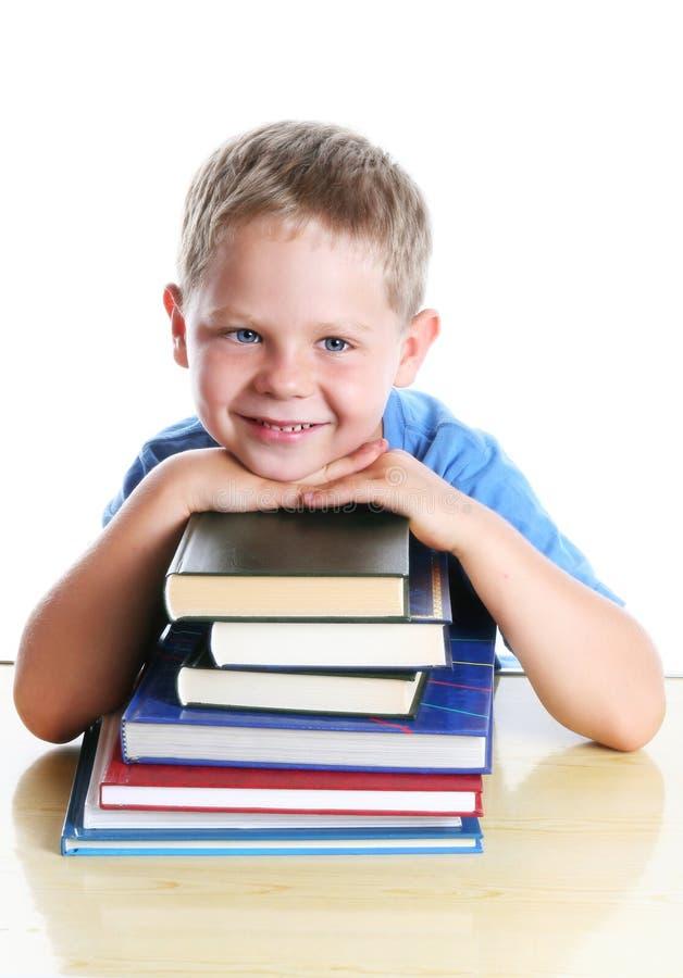 Bambino felice con i libri fotografie stock
