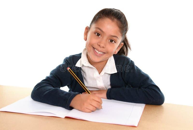 Bambino felice con il blocco note che sorride dentro di nuovo alla scuola ed al concetto di istruzione immagine stock