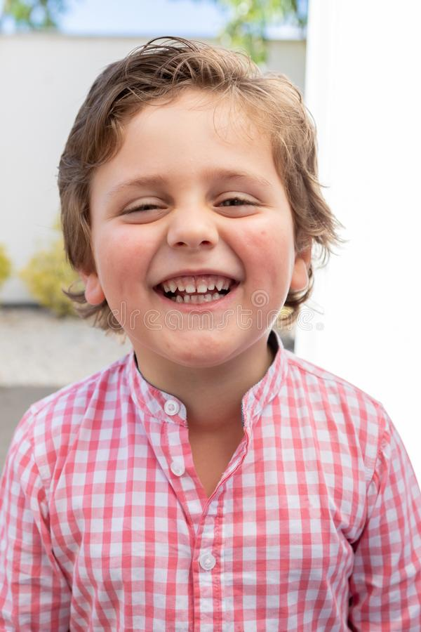 Bambino felice con la camicia rosa nel giardino immagine stock