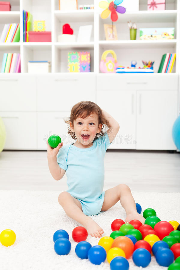 Bambino felice con le sfere immagini stock