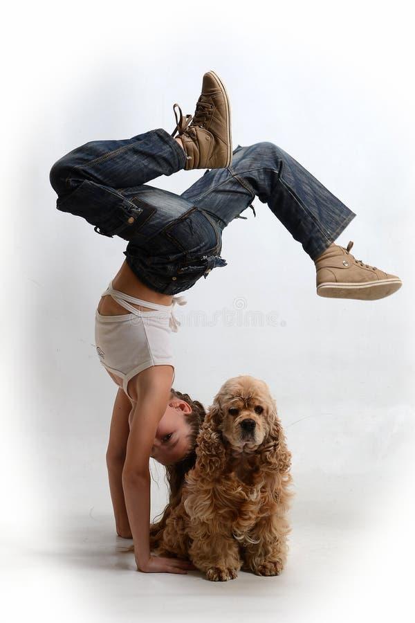 Bambino felice con un cane immagini stock libere da diritti