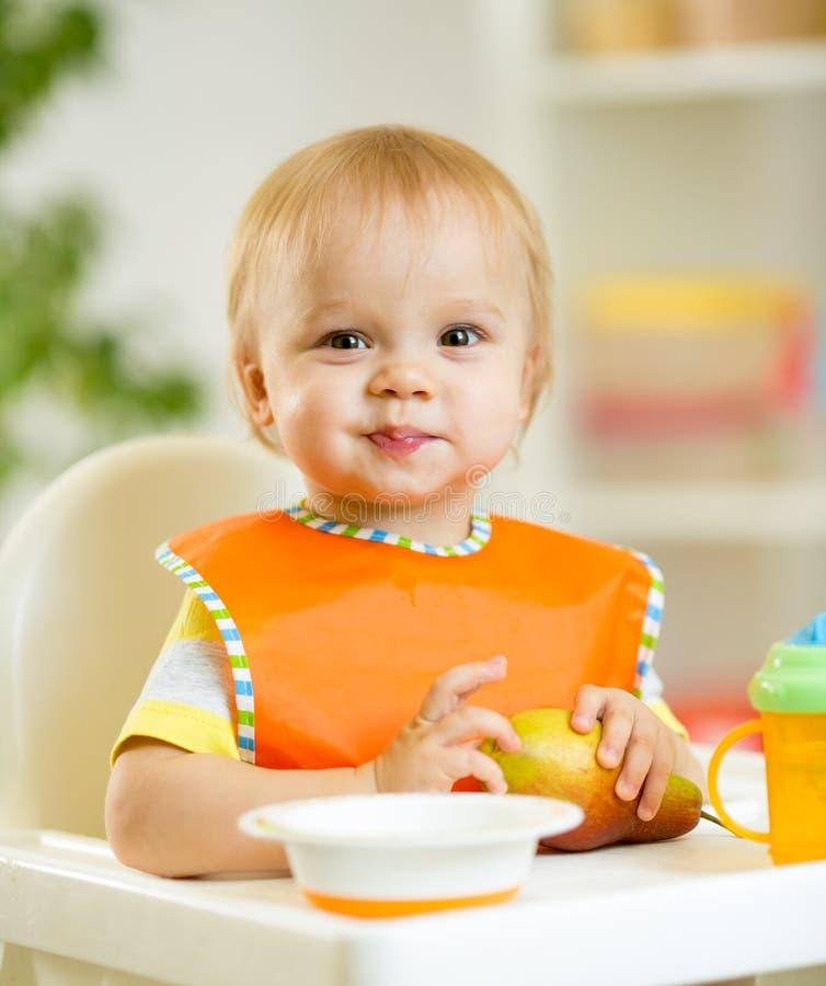 Bambino felice del ragazzo del bambino del bambino che si mangia con immagini stock