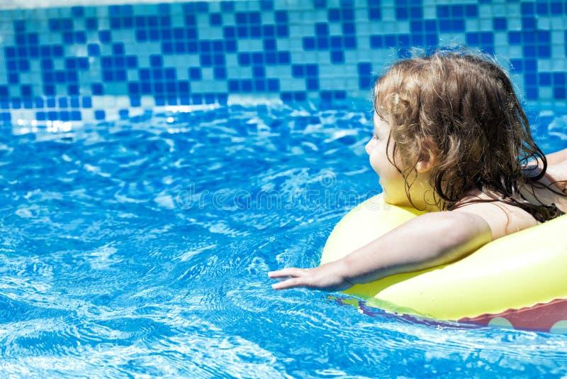 Bambino felice del bambino in una piscina della famiglia fotografia stock libera da diritti