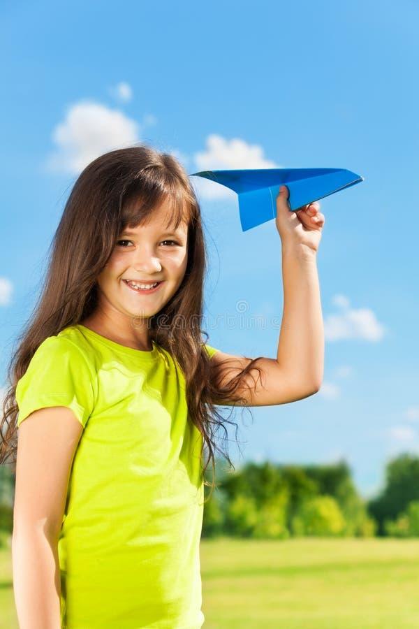 Bambino felice della bambina con l'aereo di carta immagine stock