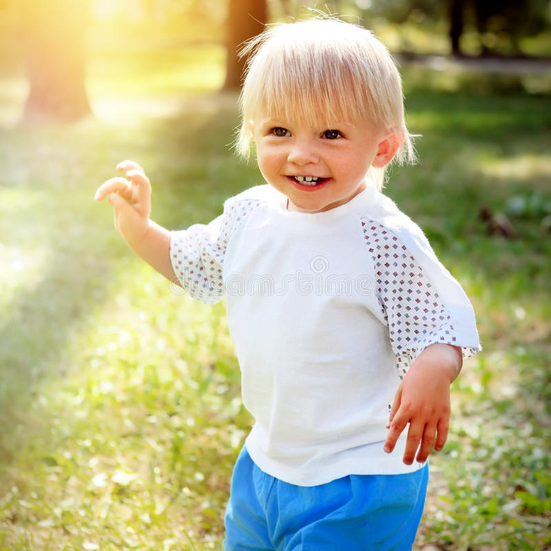 Bambino felice esterno immagini stock libere da diritti