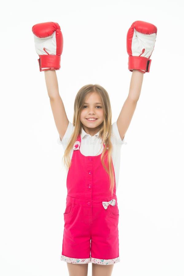 Bambino felice in guantoni da pugile isolati su bianco Piccolo campione Sviluppo e salute di infanzia Posso difesa io stesso fotografia stock libera da diritti