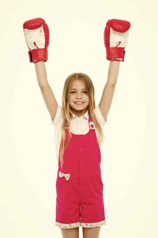 Bambino felice in guantoni da pugile isolati su bianco Piccolo campione Sviluppo e salute di infanzia Posso difesa io stesso immagini stock