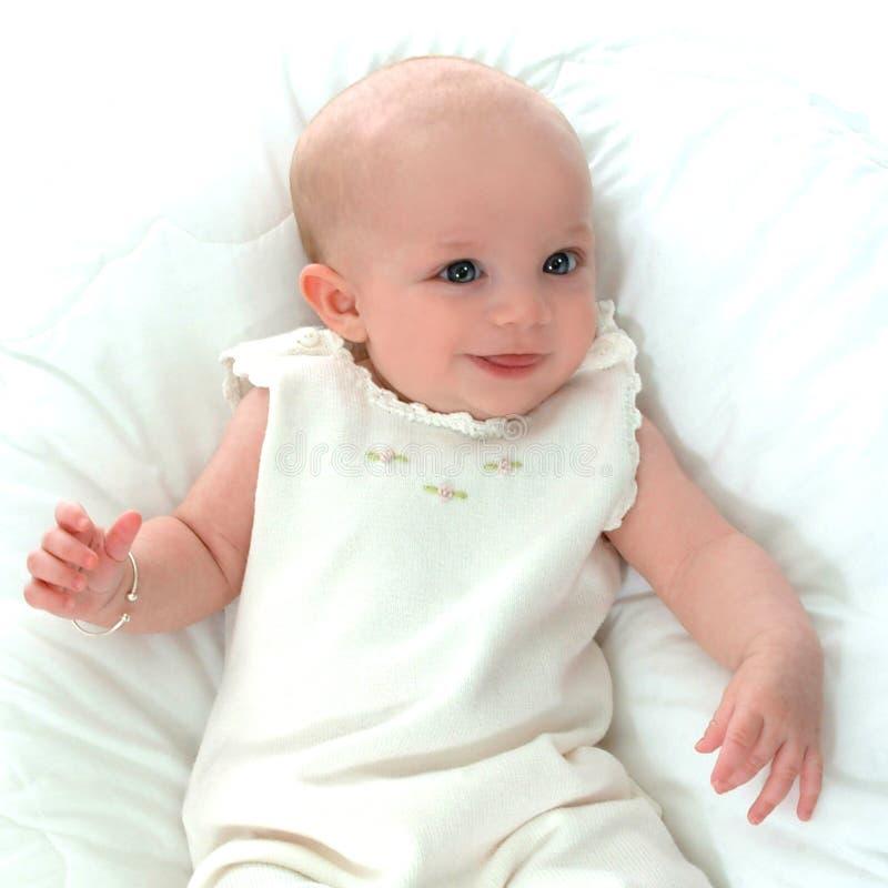 Bambino felice nel bianco fotografie stock libere da diritti