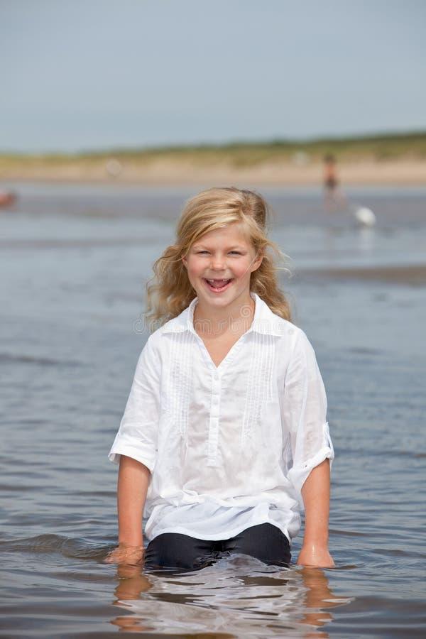 Bambino felice nel mare fotografie stock libere da diritti