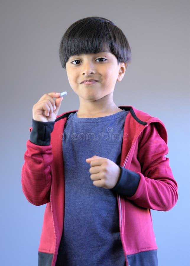 Bambino felice pronto a prendere medicina o le vitamine fotografia stock