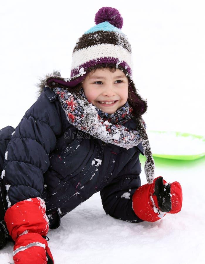 Bambino felice sulla slitta nell'inverno fotografia stock libera da diritti