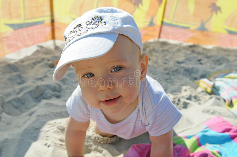 Bambino felice sulla spiaggia immagini stock