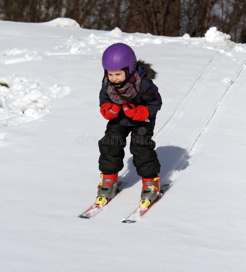 Bambino felice sullo sci nell'inverno fotografia stock libera da diritti