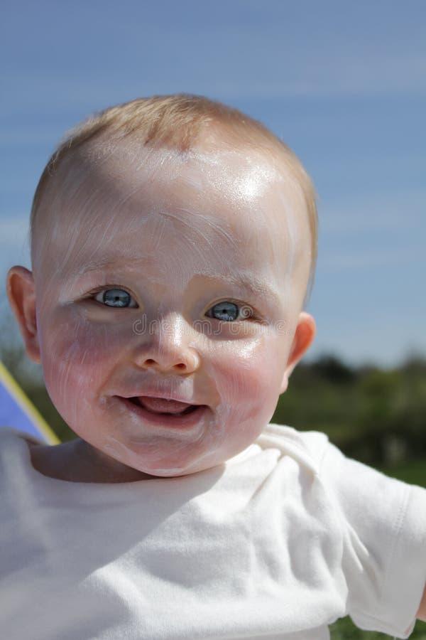 Bambino felice in Suncream immagini stock libere da diritti