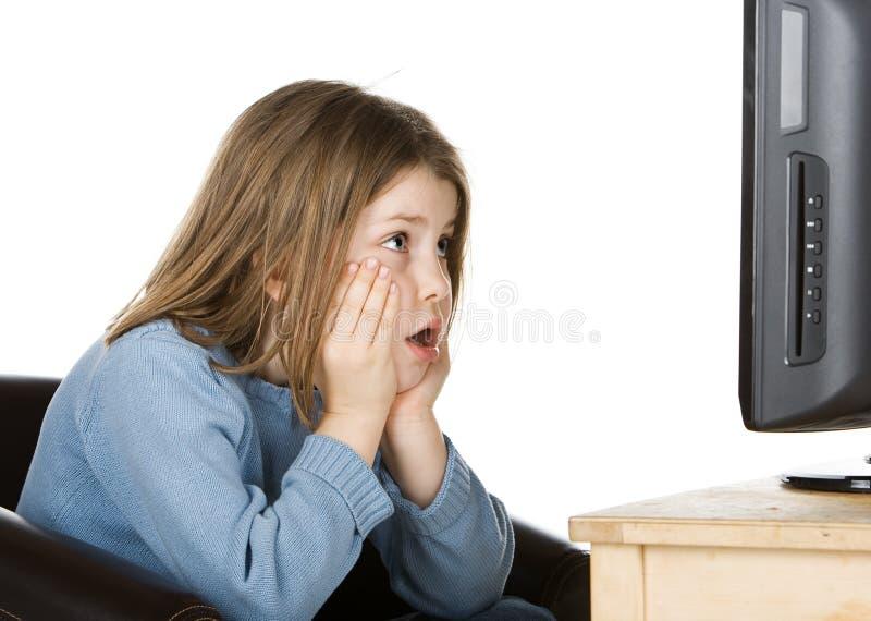 Bambino in giovane età che guarda TV fotografia stock