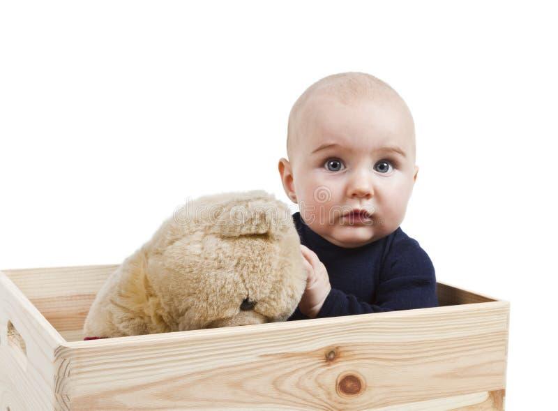 Bambino in giovane età con il giocattolo in casella di legno immagine stock