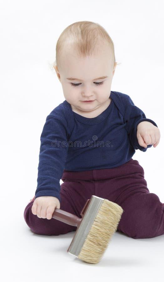 Bambino in giovane età con la spazzola fotografie stock