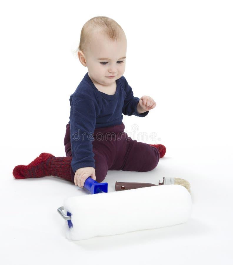 Bambino in giovane età con la strumentazione dei pittori fotografia stock libera da diritti