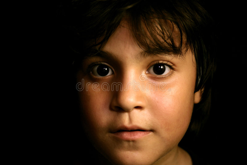 Bambino in giovane età ispanico sveglio che osserva in avanti fotografia stock