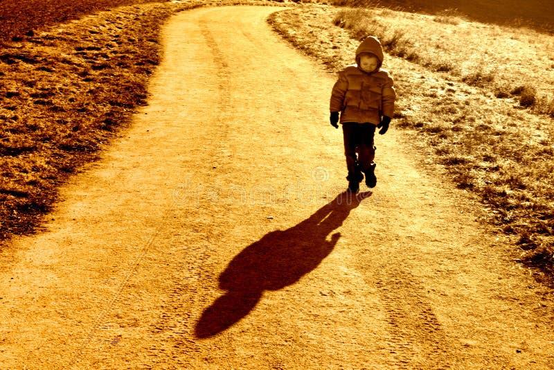 Bambino in giovane età sulla strada fotografia stock libera da diritti