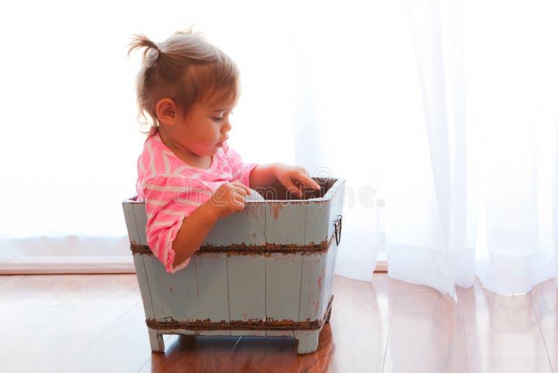 Bambino illuminato in casella di legno fotografie stock