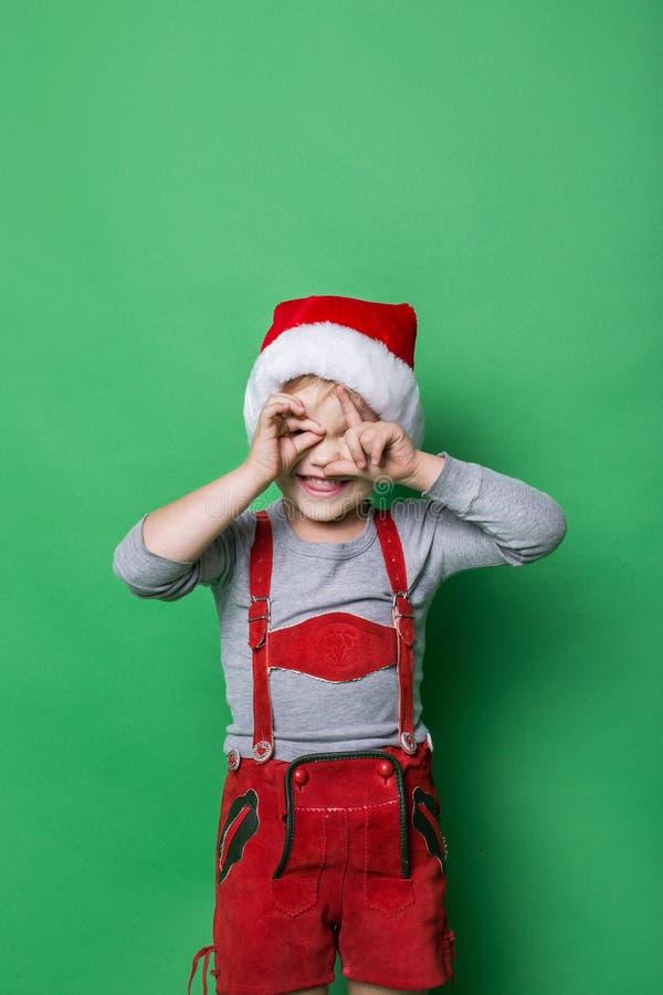 Bambino impertinente vestito come l'elfo di natale fotografie stock